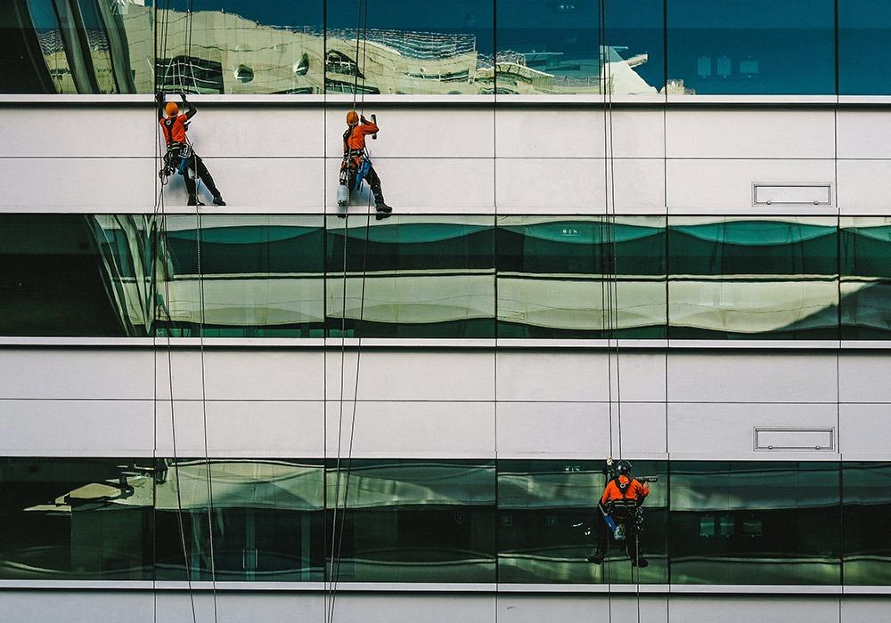 Homens fazendo manutenção de prédio